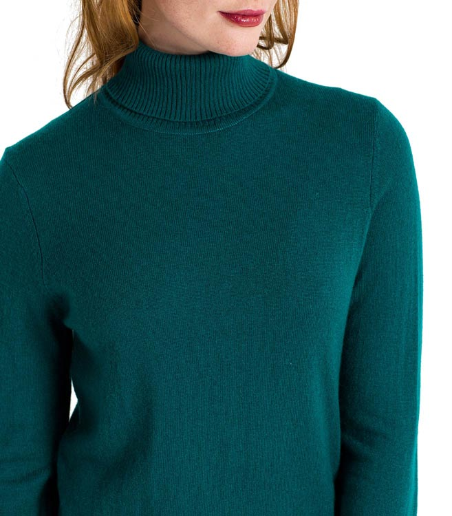 The traditional Aran sweater is beautifully re-imagined here in this stunning Irish sweater. The stitching is bold, with a beautifully crafted diamond pattern in the center and chunky cable stitching throughout.